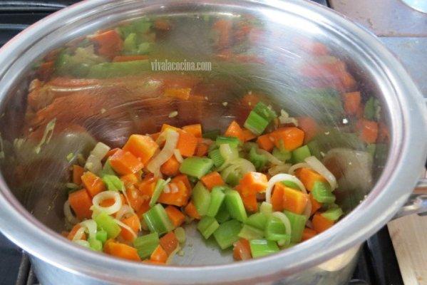 Saltear todo para la sopa de pollo casera y verduras
