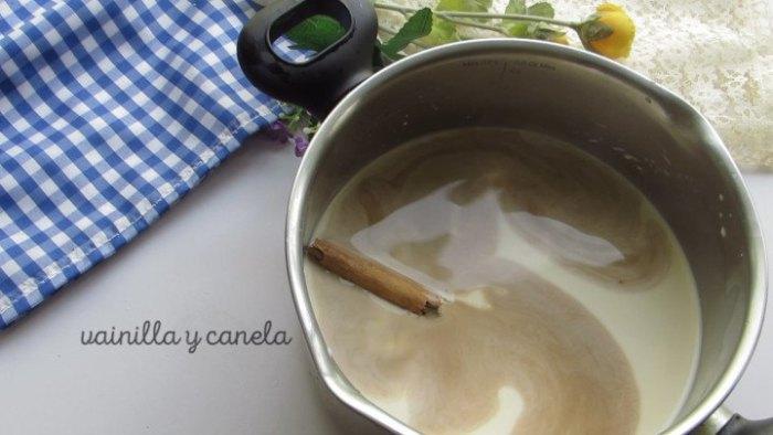 cocer leche con vainilla y canela para hacer el postre de tapioca