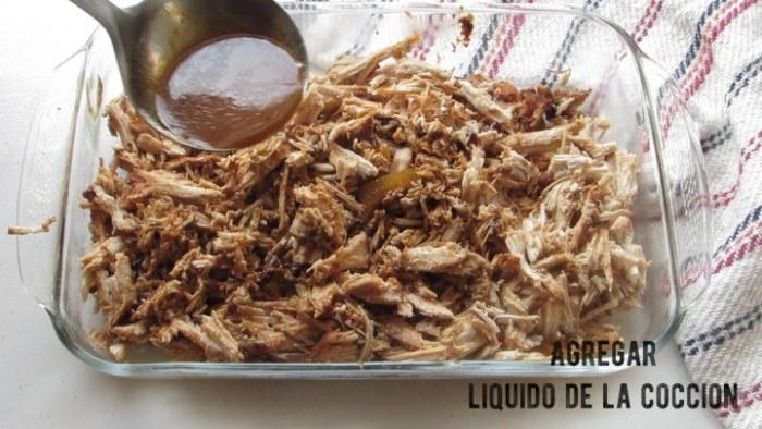 Agregar el liquido a la carne para hacer pulled pork