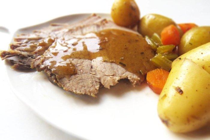 Cortar en láminas el roast beef en olla lenta