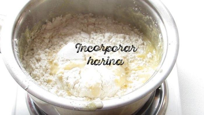 incorporar harina para hacer churros caseros