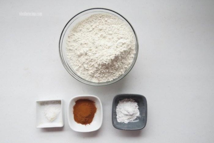 mezclar harina, canela y sal