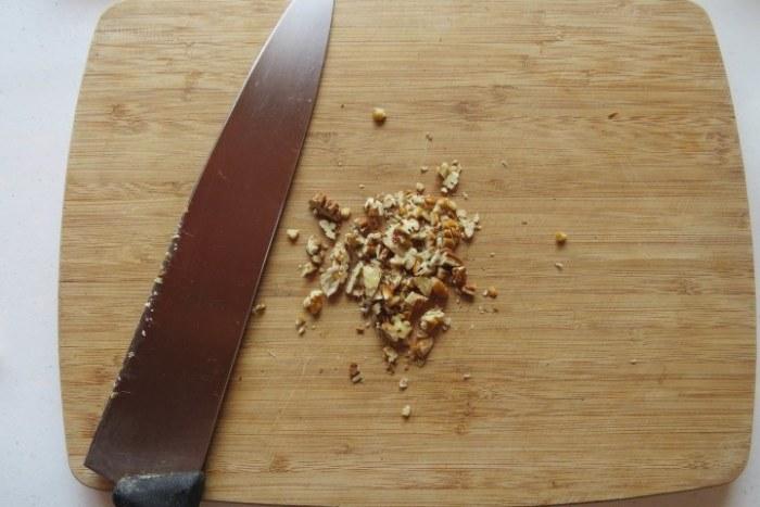picar las nueces para preparar receta de dátiles rellenos