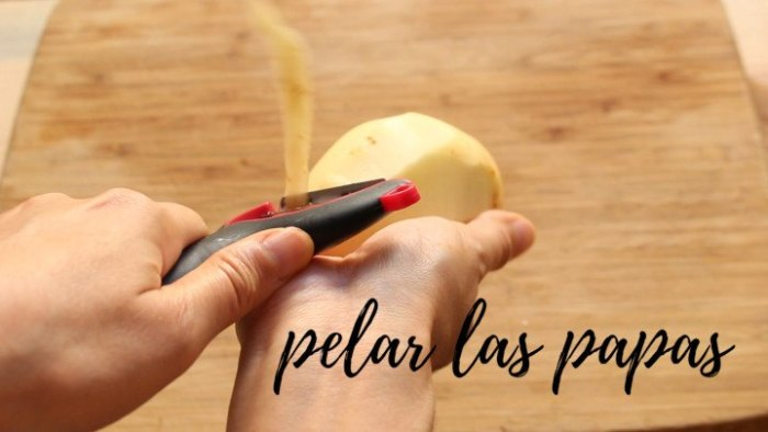 Cómo pelar las patatas para hacer tamales de verduras