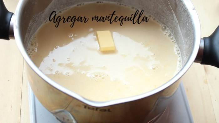 incorporar yemas de huevo a la leche para hacer leche frita