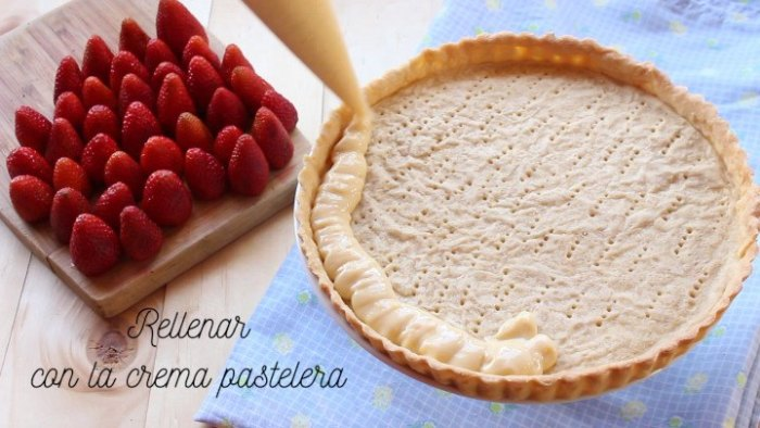 rellenar con crema la base de la tarta de fresas