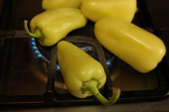 calentar los chiles para hacer chiles rellenos de queso