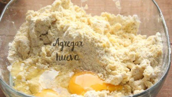 Agregar huevo para hacer la masa de las gorditas