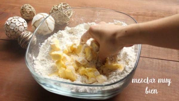Agregar la mantequilla para hacer la masa de las gorditas