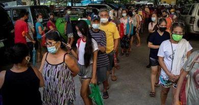 Pumila ang mga tao para sa libreng pagkain mula sa isang pantry ng komunidad sa gitna ng paglaganap ng COVID-19 sa Lungsod ng Quezon, Metro Manila, noong Abril 23, 2021. (Larawan ng file: Reuters / Eloisa Lopez)