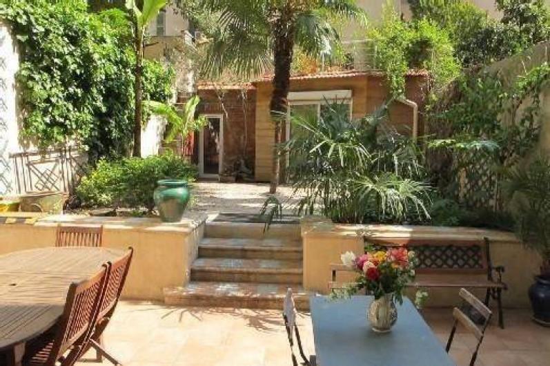 Location appartement avec jardin exotique au coeur de