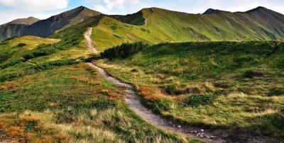 Paisagem de montanha, com um caminho sinuoso.