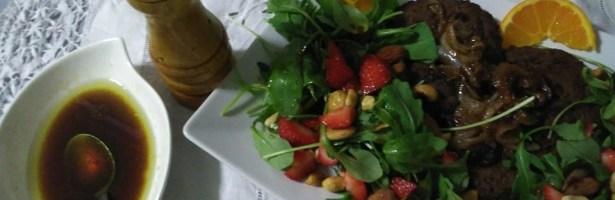 Hambúrgueres de Feijão preto e salada de rúcula com morangos