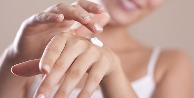 Mani ruvide secche e screpolate - cause e rimedi naturali