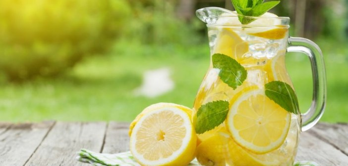 Bere acqua e limone la mattina fa bene o fa male?