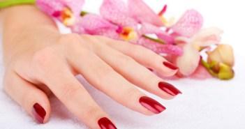 Manicure fai da te: guida passo per passo. Scopri come fare la manicure in casa con prodotti naturali ed i nostri consigli per avere mani belle e perfette in ogni occasione.