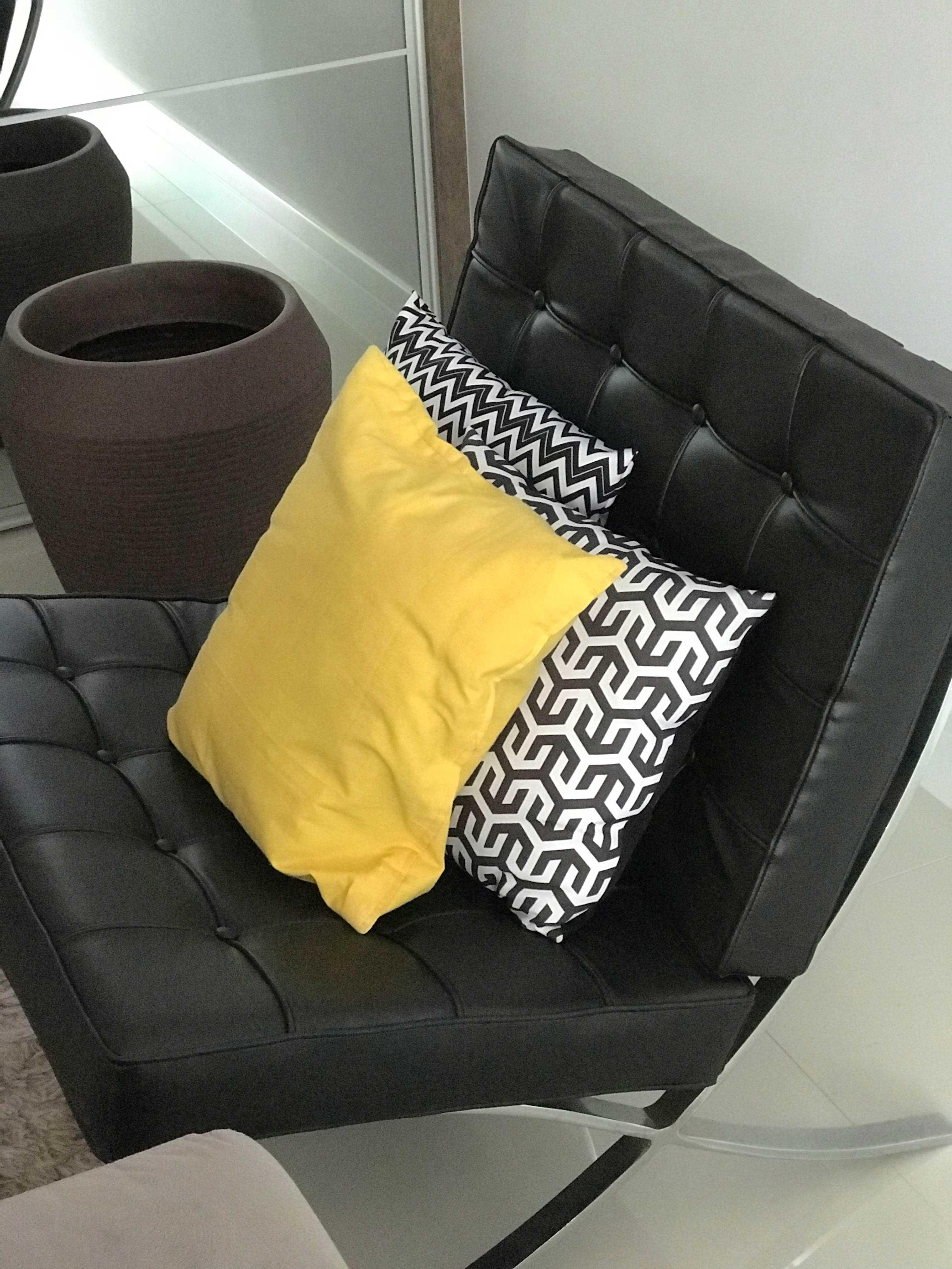 sofa cinza e almofadas coloridas pottery barn pearce para sofá: deixe sua sala incrível - viver em casa