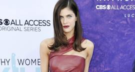 Alexandra Daddario dazzle with red bathing suit in the pool
