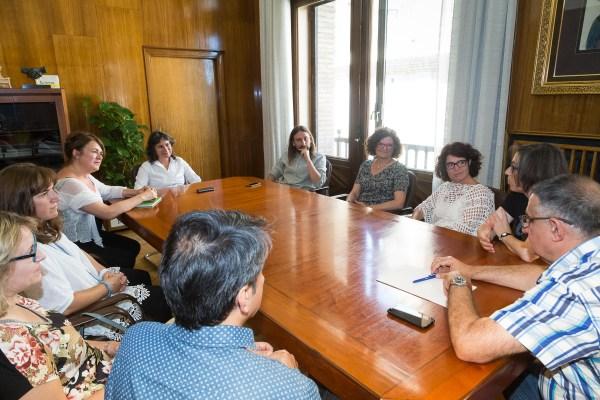 Reuni'on en el despacho de la consejera Luisa Broto, junto al concejal de vivienda Pablo H'ijar con ayuntamiento de Terrassa