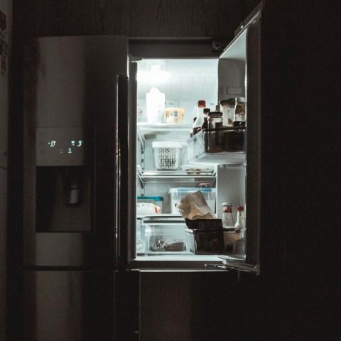Evita-accidentes-Abrir-el-refrigerador-descalzo-puede-ser-mortal 26/06/20