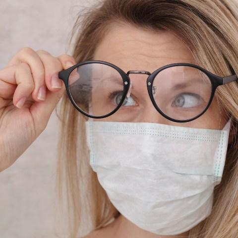 Usas-lentes-para-ver-Así-debes-desinfectarlos-para-evitar-contagio-por-Covid-19 22/07/20