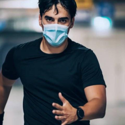 Un doctor corre con cubrebocas para demostrar que no afecta niveles oxigeno