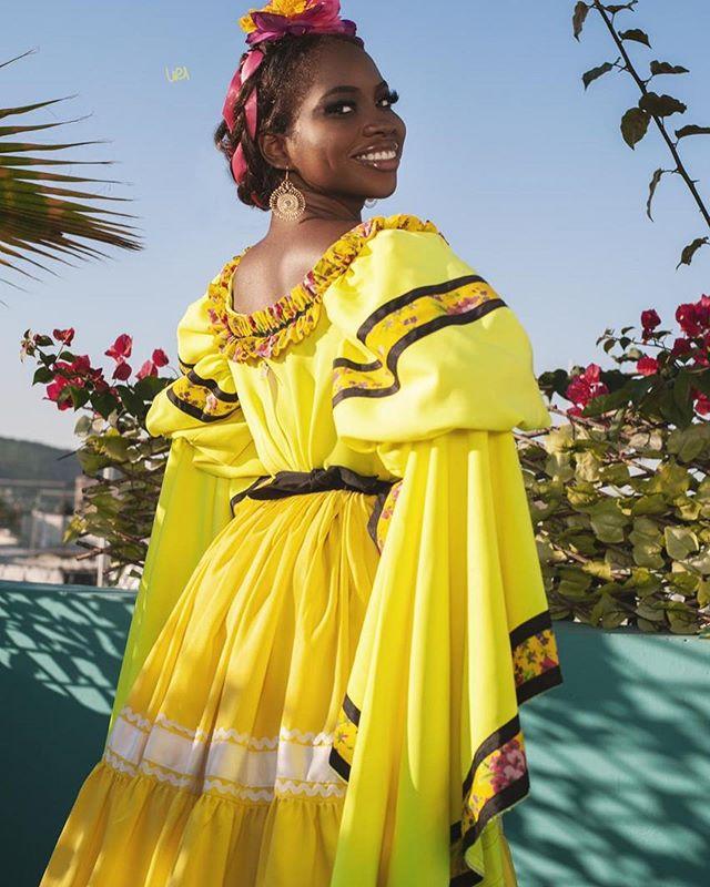 blessing chukwu modelo afromexicana posa en vestido tipico
