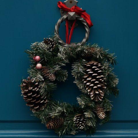 corona de Navidad en la puerta