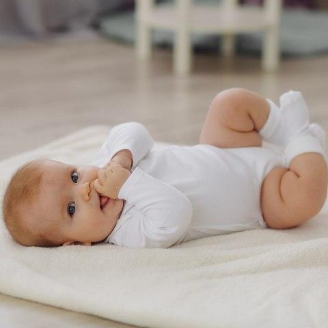 bebé se chupa las manitas