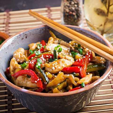 comida china plato con pollo agridulce