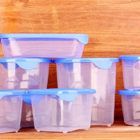 Recipientes de plástico limpios