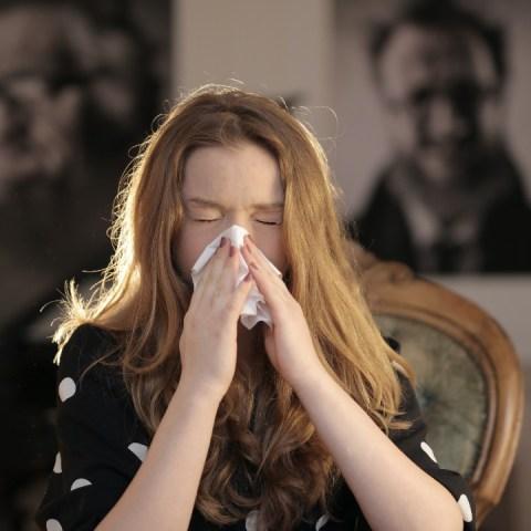 efectos negativos de aguantar un estornudo daña la salud