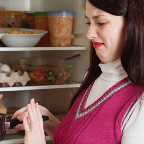 olla con comida en el refrigerador