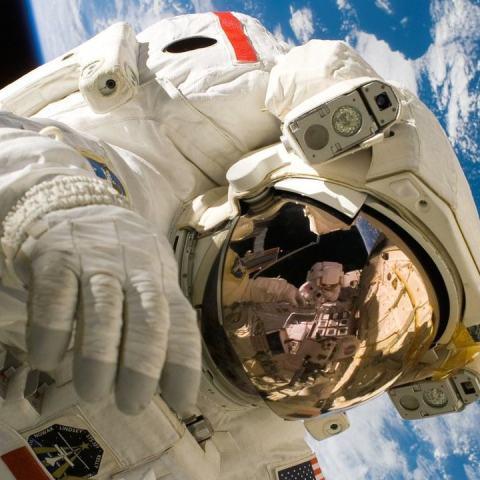 astronauta pierde anillo de matrimonio en el espacio lo recupero viral