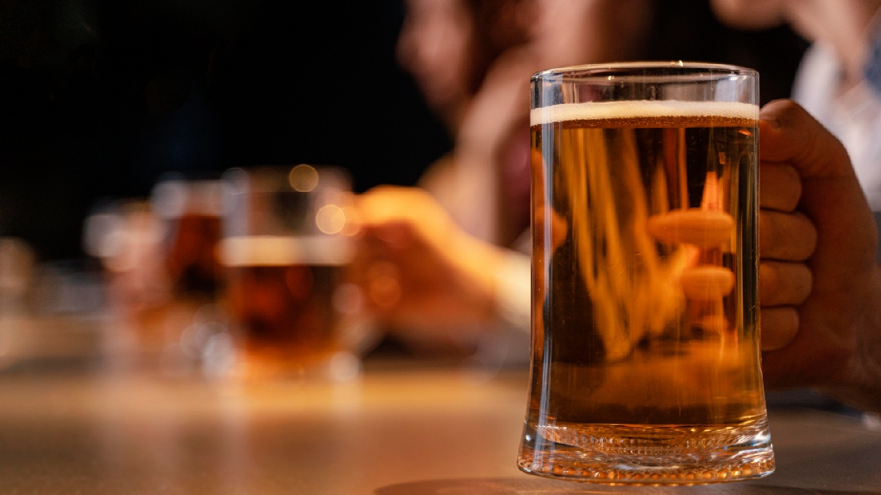 cerveza a temperatura ambiente en jarra de vidrio