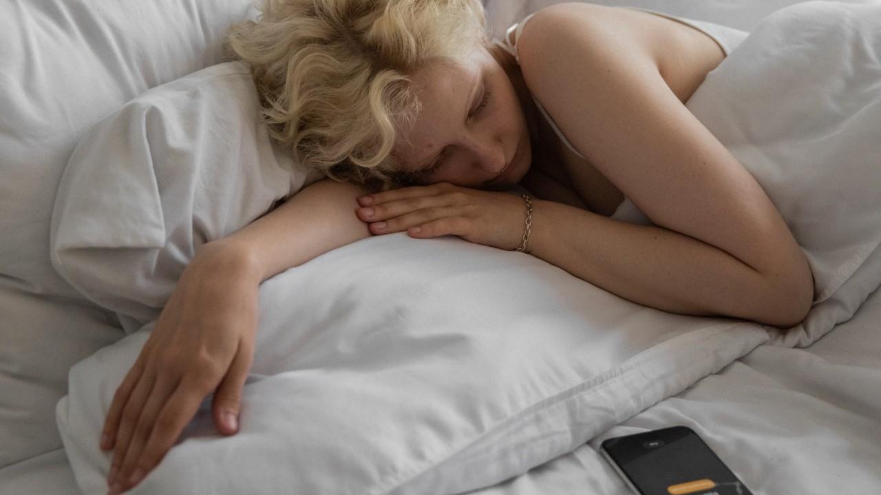 consecuencias de dormir cerca de tu celular