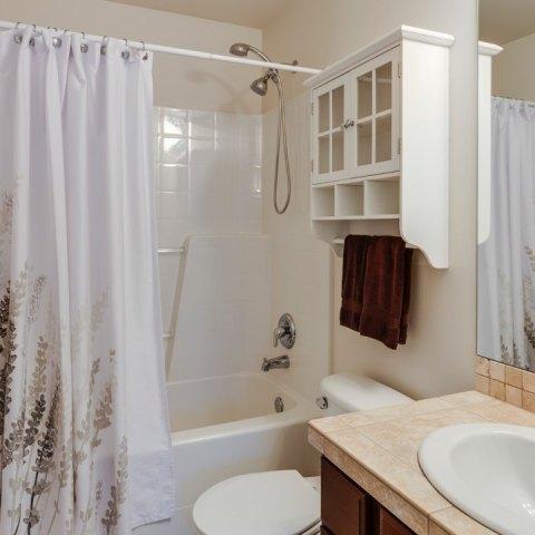 por que se pegan las cortinas del baño al cuerpo como evitar que se peguen
