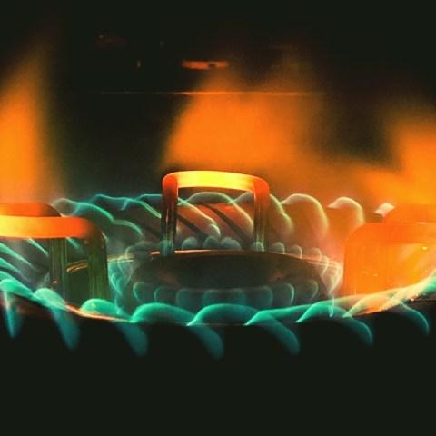 por que la flama de la estufa es verde