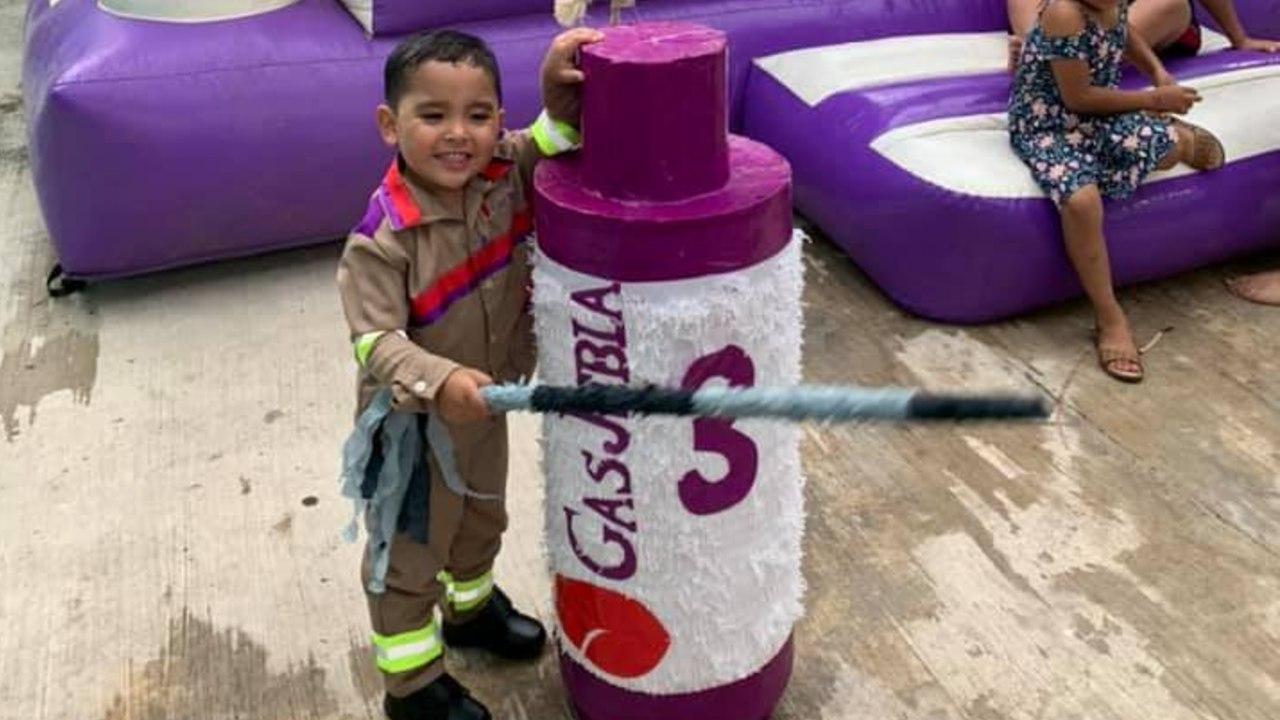 niño celebra su cumpleaños vestido de gasero gas jebla