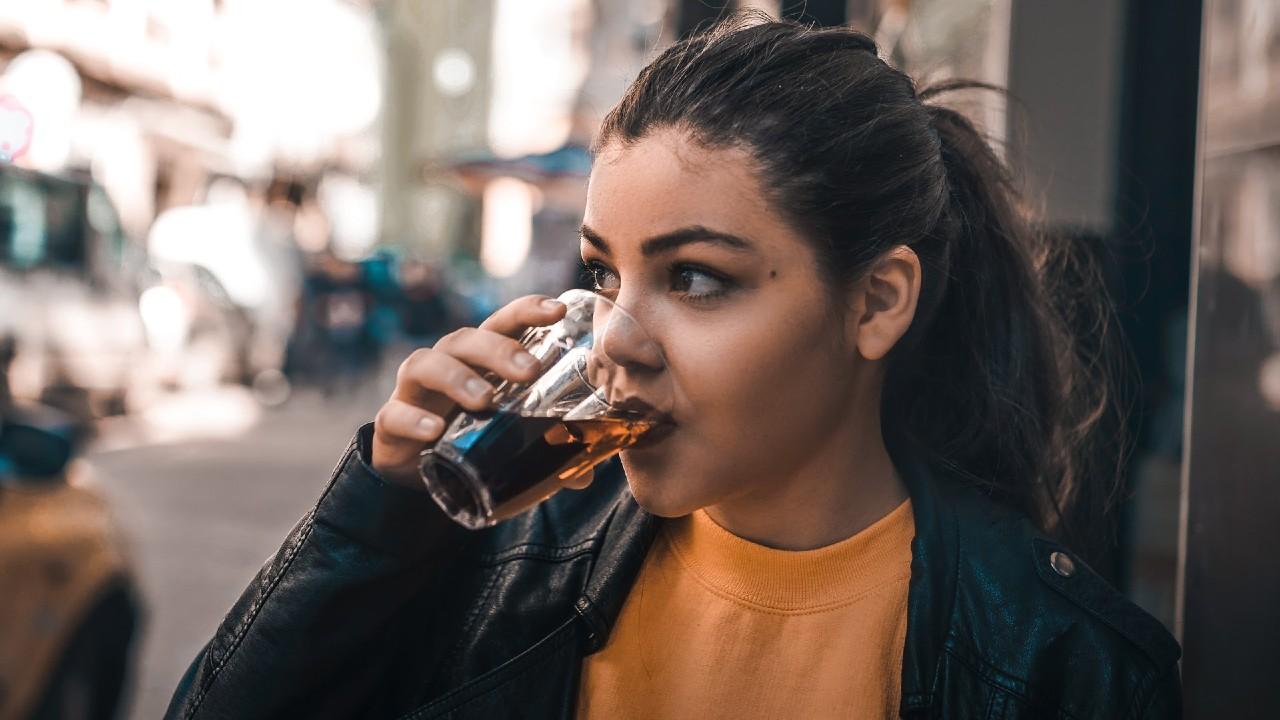 fingir que eres feliz te lleva a beber más