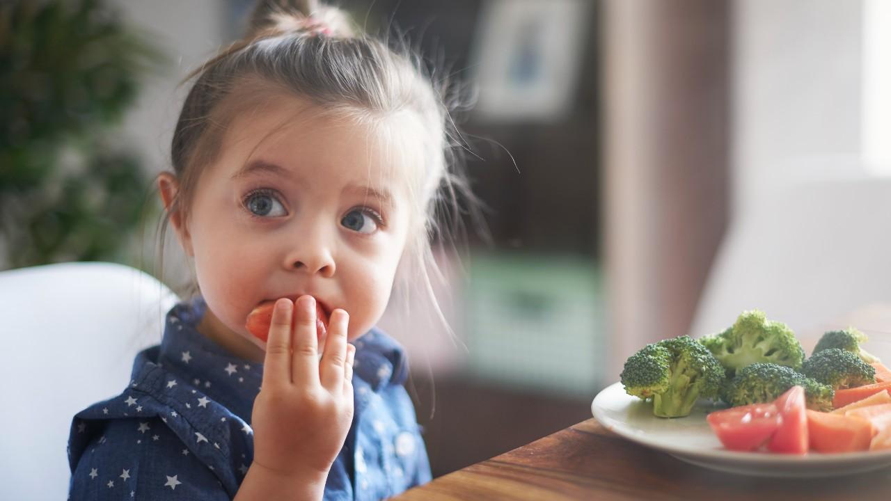 Obligar a tu hijo a terminarse todo lo que hay en su plato  desórdenes alimentarios