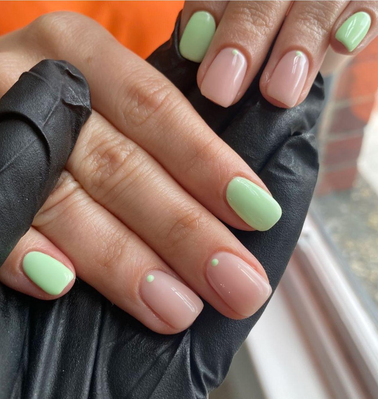 colores pasteles con diseños elegantes para uñas