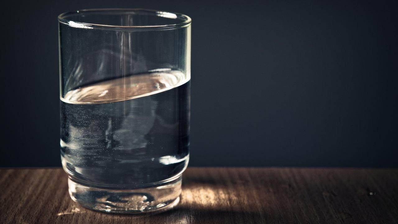 hechizo del vaso con agua para que te busque