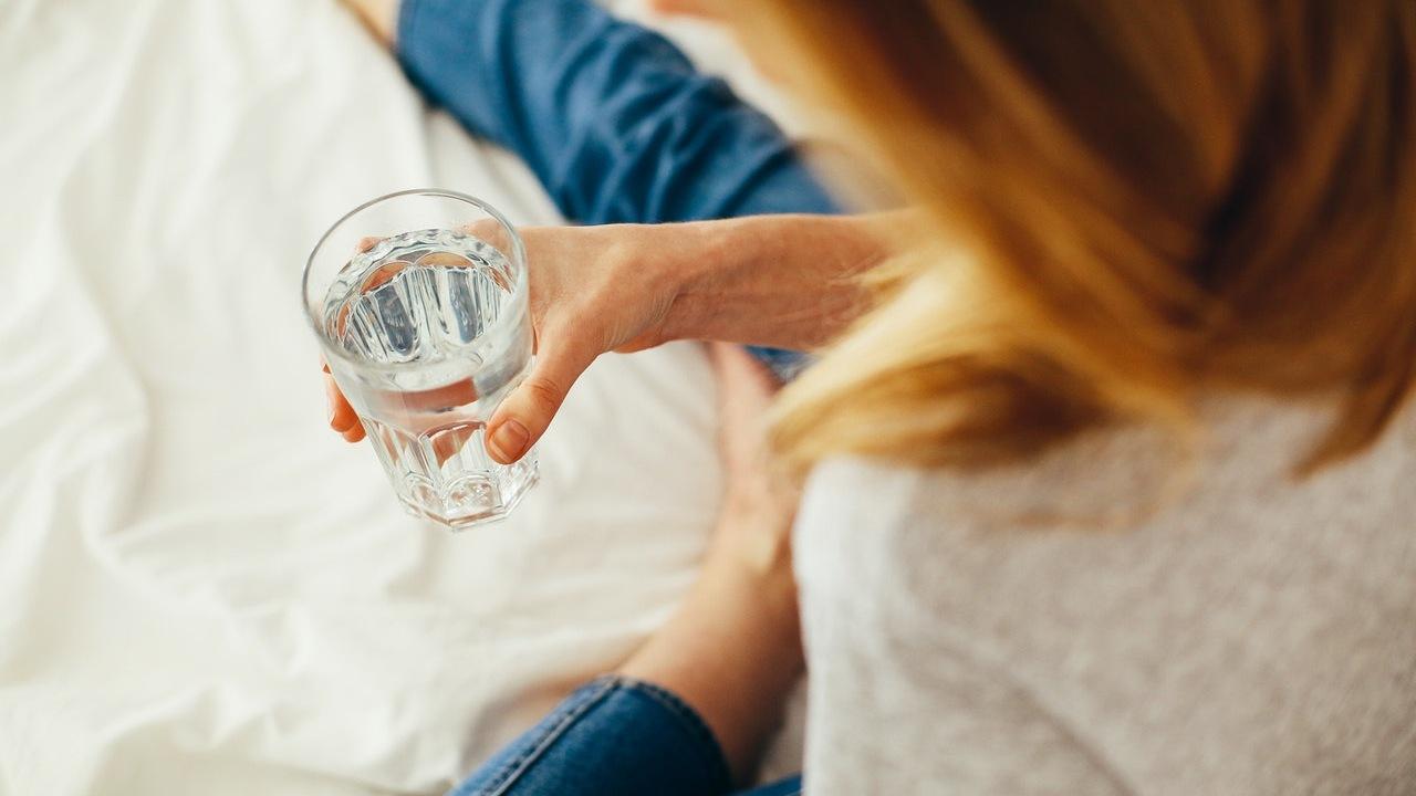 hechizo del vaso con agua para que te llame