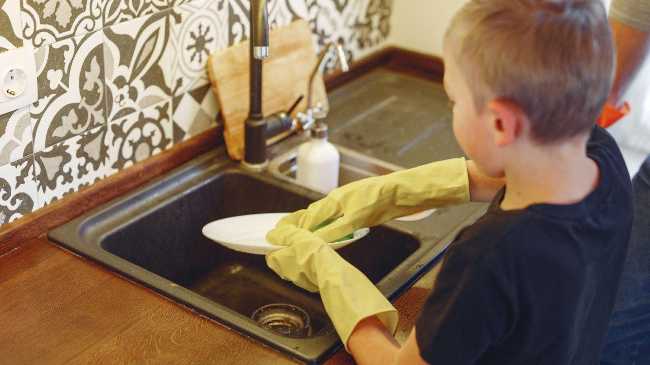 Los niños que ayudan en casa aprenden habilidades para su vida adulta