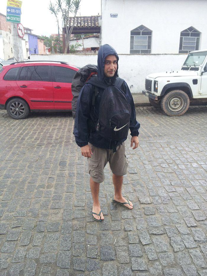 Camino del hostel bajo la lluvia