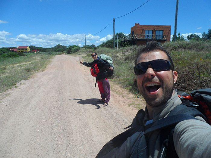 """Camino del hostel con nuestras """"pequeñas"""" mochilas"""
