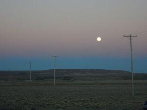 Perfecta luna en el anochecer saliendo de El Chaltén