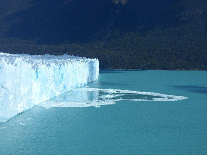En el agua se ve perfectamente en rastro de la reciente caída de hielo