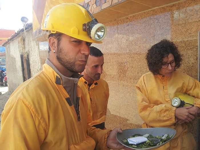 Probando la hoja de coca en Potosí